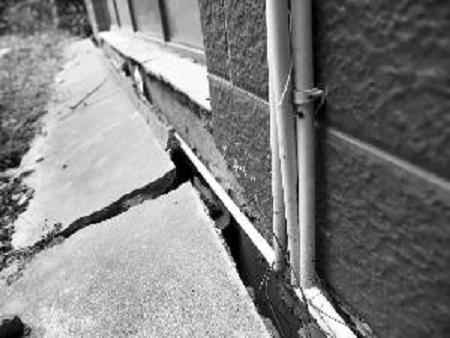 平房地基下沉导致墙体裂口怎么办?