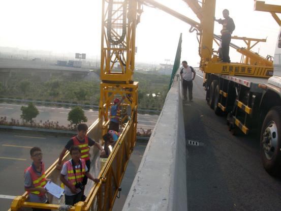 在遵循桥梁加固质量验收规范前,做好桥梁加固施工工作。