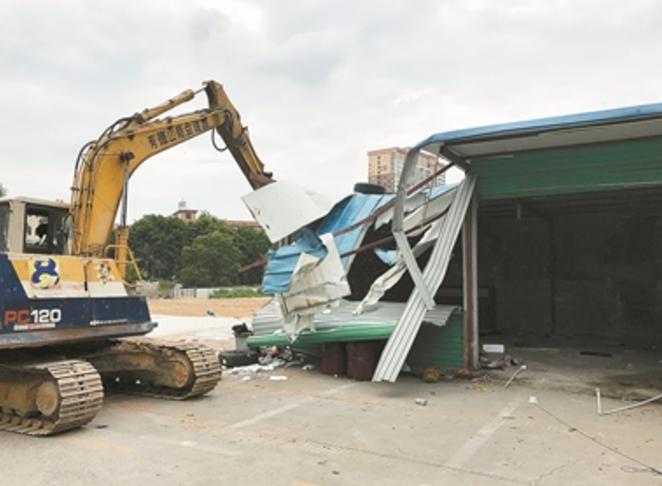 阻塞消防通道,团结湖城管队拆违建房建停车场