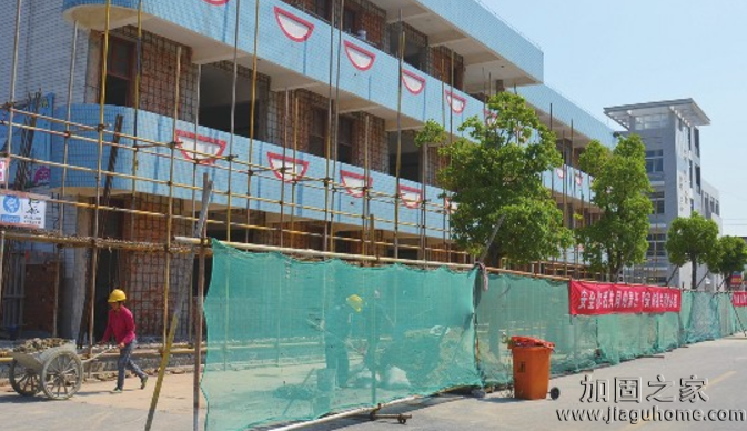 8月,全国多所中小学校园改造加固工程正火热进行