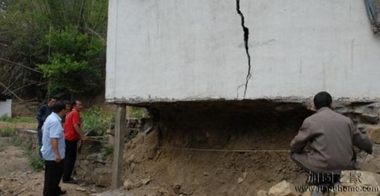 新农村地基被挖空,变成悬空村