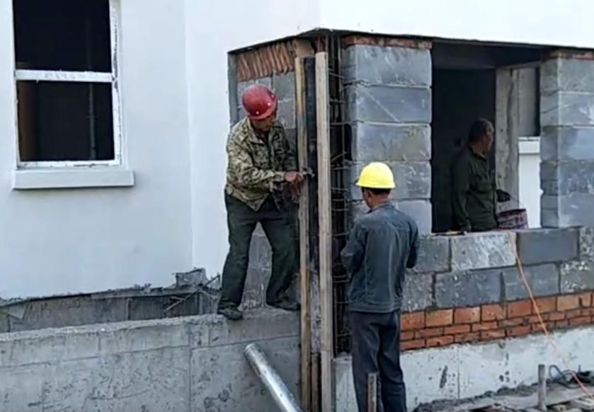 工地木工师傅在加固构造柱