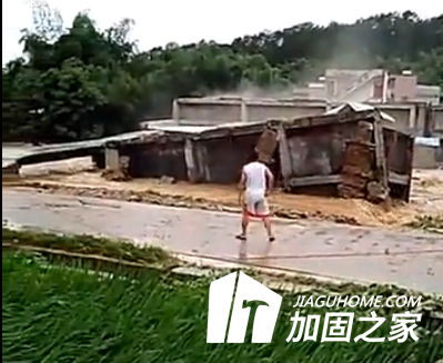 大雨过后房屋倾斜的一瞬间