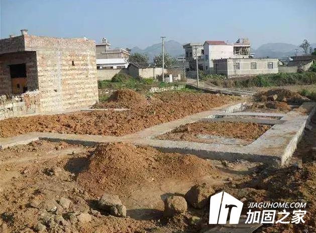 加固之家为您揭晓:农村自建房常见的基础形式