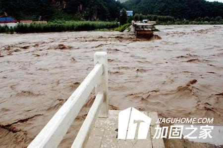 台风天导致水灾频发,桥梁加固保安全!