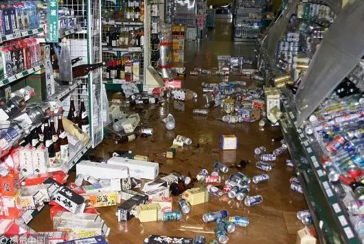 北海道发生强震,超市内货品掉落