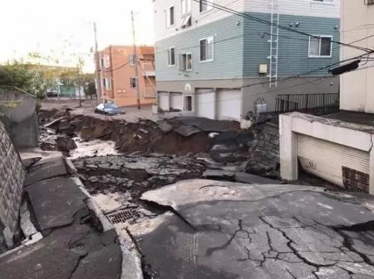 札幌市道路出现土壤液化现象,造成路面塌陷