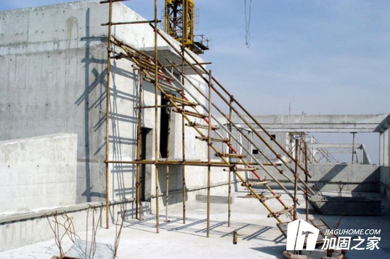 对抗震等级不合格的建筑物现场进行详细的勘探