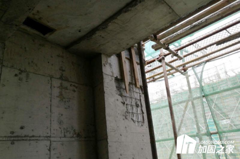 对现场进行详细的勘探,确定剪力墙的受力情况